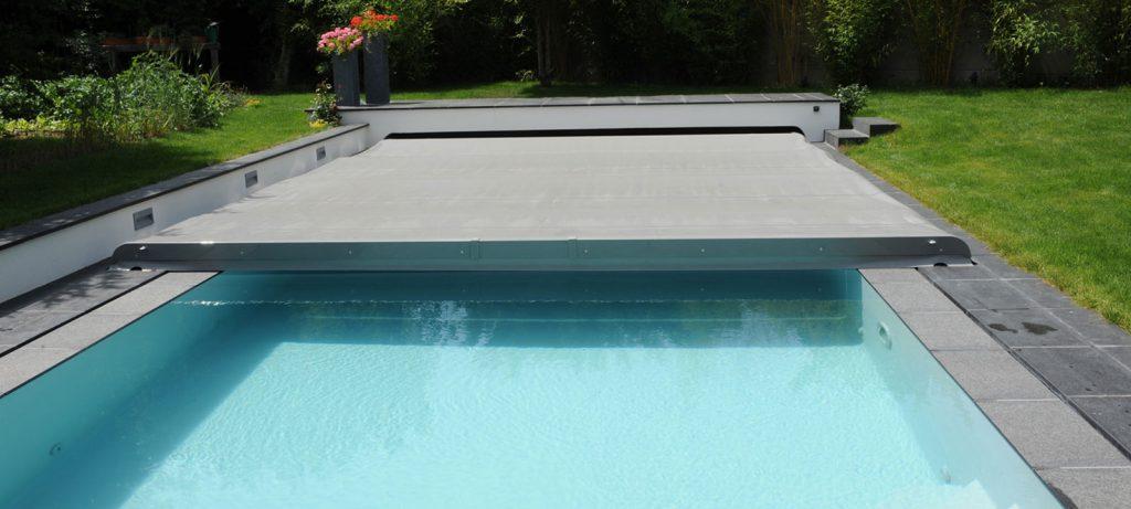 Bien choisir sa couverture piscine piscine - Couverture piscine automatique prix ...